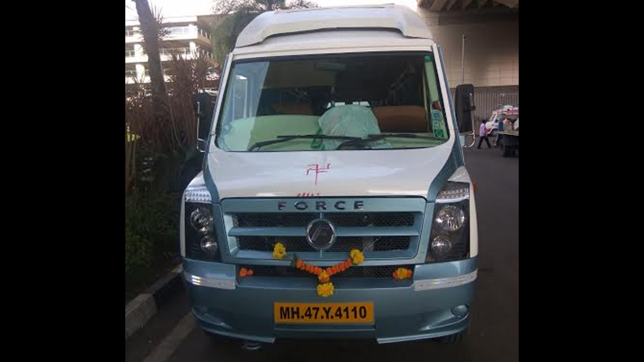 15 Seater Deluxe Tempo Traveller